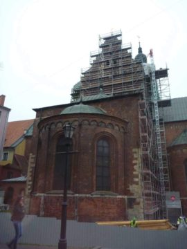 Aplikace helikální táhla do opěráku kostelní lodi