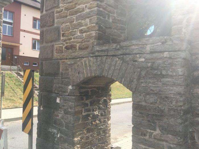 trhliny brána Náhořany